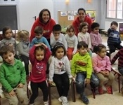 """Les educadores de l'escola infantil municipal visiten als seus """"antics"""" alumnes"""