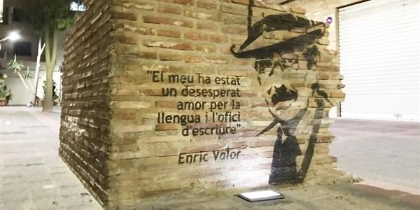 La peça en record de la visita d'Enric Valor es modernitza